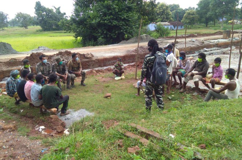 चाईबासा पुलिस अधीक्षक और सीआरपीएफ कमांडेंट ने संयुक्त रूप से माओवादियों के खिलाफ अभियान चलाया