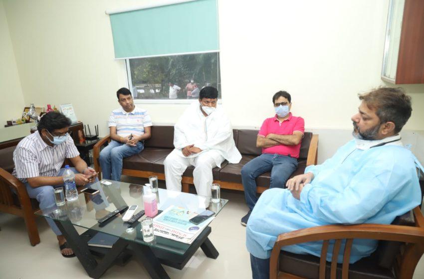 मुख्यमंत्री  मेडिका अस्पताल जाकर इलाजरत शिक्षा मंत्री के स्वास्थ्य संबंधी जानकारी चिकित्सकों से ली