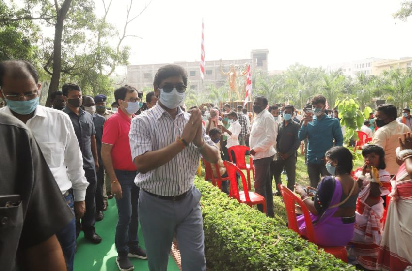 मुख्यमंत्री ने वीर शहीद नीलाम्बर पीताम्बर की प्रतिमा का अनावरण किया
